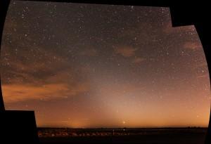 Zodiakallyset fra Avnø Naturcenter d. 10. februar 2015. Zodiakallyset er den pyramide af diffust lys som vælter til vester i billedet.