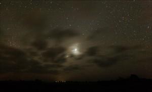 """Venus lyser skyerne op over Østmøn, d. 19. oktober. Jupiter og Mars er de to klare stjerner mellem skyerne i retningen """"kl. 7"""" fra Venus."""